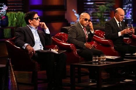 Mark Cuban (ensimmäinen vasemmalta) etsii muiden miljardöörisijoittajien kanssa sopivia sijoituskohteita Leijonan luola -ohjelmassa.