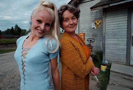 Liian paksu perhoseksi -elokuva on yksi muistetuimmista rooleista. Kuvassa Anna-Elina Lyytikäinen (vas.) ja Liisamaija Laaksonen.