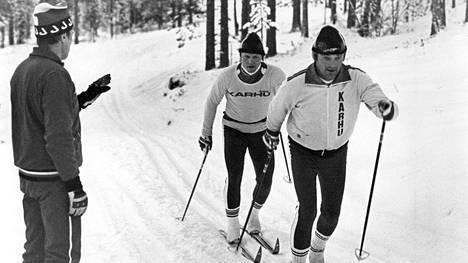 Heikki Ikola hiihti maajoukkueen harjoitusleirillä 1978 Mauri Lahtelan edellä harjoituslenkillä.
