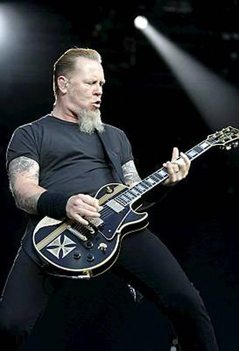 James Hetfield antoi kitaran laulaa Olympiastadionilla.