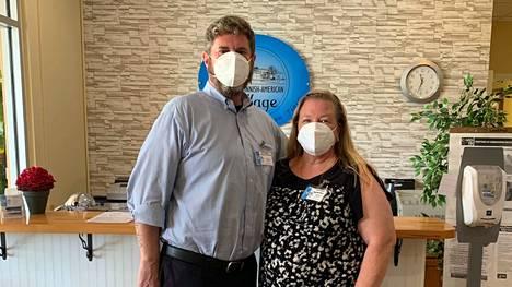 Finnish American Villagen johtaja Dan Benson ja henkilöstöpäällikkö Tiina Rogers yrittävät pitää koronaviruksen loitolla.