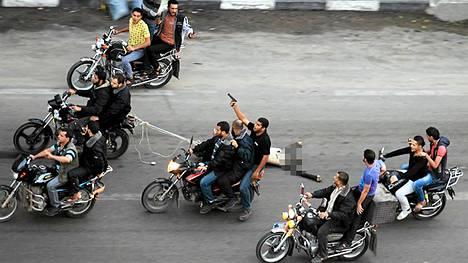 Teloituksen jälkeen väkijoukko veti yhtä ruumista moottoripyörän perässä pitkin Gazan katuja. Varsinaiset teloittajat olivat naamioituja Hamasin asemiehiä, jotka jättivät ruumiit jälkeensä.