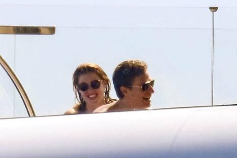 Vielä kesäkuun lopulla pari nautiskeli yhdessä auringosta Monacossa luksusveneellään.