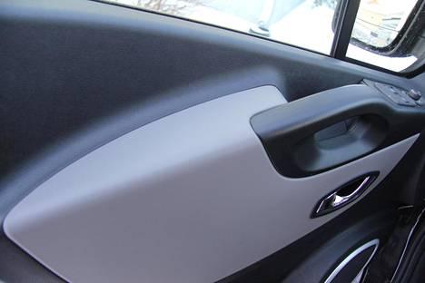 Ovien kyynärnojat ovat ohjaamon ergonomisia helmiä.