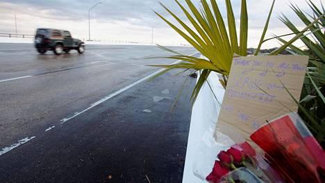 Laivastotukikohtaan johtavalle sillalle oli jätetty kukkia ja viesti.