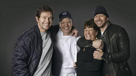 Mark, Paul ja Donnie Wahlberg ja heidän äitinsä Alma pyörittävät hurjasti laajenevaa ravintolabisnestä.