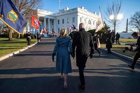Biden ja Harris tekivät yhdessä Clintonin, Bushin ja Obaman kanssa lyhyen vierailun Arlingtonin hautausmaalle, jossa he puolisoineen laskivat seppeleen tuntemattoman sotilaan haudalle. Sen jälkeen Bidenit siirtyvät uuteen kotiinsa Valkoiseen taloon armeijan soittokunnan ja eri aselajeista koostuvan kunniakaartin saattelemina.
