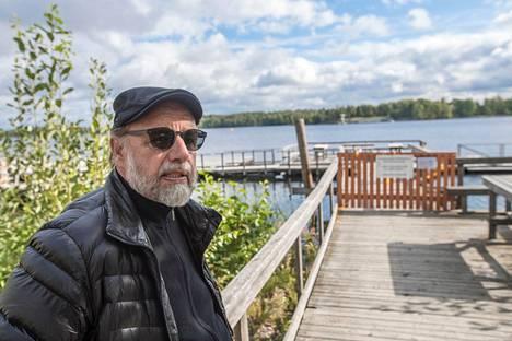 Halkosaaren mattolaituria puolustava Jukka Nakari tyrmistyi jo lapsuudesta tutun matonpesupaikan purkutuomiosta ja synnytti kansanliikkeen laiturin säilyttämisen puolesta.