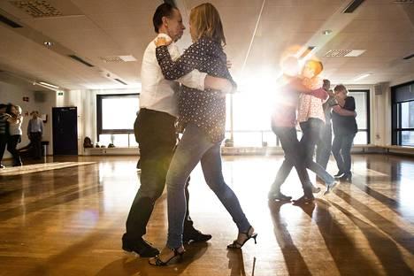 Tanssissa ei ole kyse siitä, kenellä on paras tyyli. Oma tyyli riittää, muistuttaa Raimo Simonen.