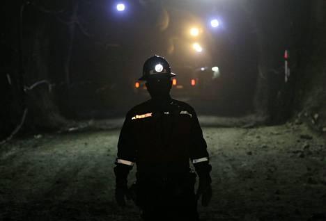 Turman vuosipäivän lähestyessä Chilen hallitus on luvannut parantaa kaivosturvallisuutta muun muassa lisätyin tarkastuksin. Kuvan kaivosmies työskenteli Andeilla sijaitsevassa El Tenienten kuparikaivoksessa.