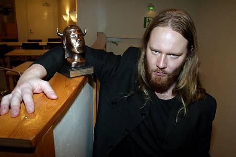 2004 oli jo tukka kasvanut. Hynynen ja Kotiteollisuus pokkasivat vuoden parhaan metallialbumin Emma-palkinnon Helvetistä itään -levyllä.
