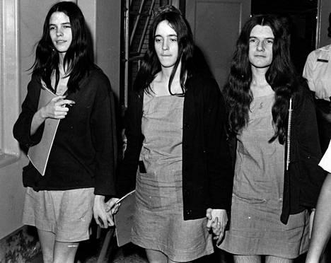 """""""Perheen"""" jäsenet Leslie Van Houten (vas.), Susan Atkins ja Patricia Krenwinkel tuomittiin aikoinaan kuolemaan. 1972 kuolemantuomiot muutettiin elinkautisiksi vankeusrangaistuksiksi."""