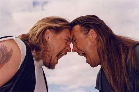 Jussi (Samuli Edelmann) ja Antti (Juha Veijonen) palaavat vankilasta kotikulmilleen.