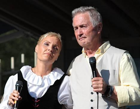 –Kun vilkaisin Sirpaa, muutaman sekunnin tuntui, että pystynkö edes jatkamaan laulamista, kertoo kuvassa yhdessä Taika-tyttärensä kanssa oleva Kuoppamäki