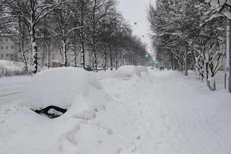 Autot hautautuivat lumeen Helsingissä.