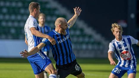 HJK:n Ivan Ostojic (vas.) ja FC Interin Timo Furuholm kamppailemassa perjantaisessa kohtaamisessa.