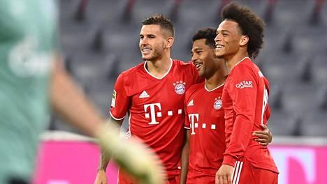 Bayern Münchenin Serge Gnabry (kesk.), Lucas Hernandez ja Leroy Sane (oik.) saivat juhlia maaleja perjantaina.