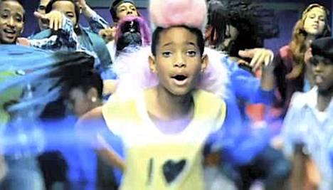 Willow Smith kuulostaa videollaan lähes Rihannalta.