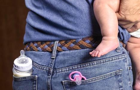 Mitä enemmän isät pitävät perhevapaita, sitä tasaisemmin jakautuvat hoito- ja raha-asiat sekä perheen että yhteiskunnan tasolla.