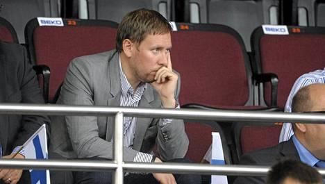 Ministeri Arhinmäki nähtiin elokuussa 2011 Liettuassa koripallokatsomossa, Musiikkitalon avajaisissa Helsingissä ei.