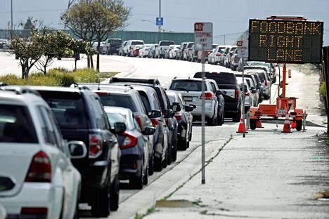 Myös ruokajakelussa viranomaiset ovat ohjeistaneet pitämään  koronan aikana etäisyyksistä  huolta, joten esimerkiksi Los Angelesin Carsonissa avustuksia  voi hakea nousematta autosta.