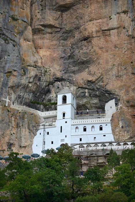 Korkealle vuorenseinämään asettunut Ostrogin luostari on hieno nähtävyys.