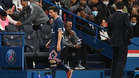 Synkän näköinen Lionel Messi matkaa PSG:n vaihtopenkille.