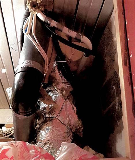 Rakentamisen ammattilaiset ovat asentaneet eristeitä, putkia, kaapeleita ja joukossa on myös pölynimurin putki.