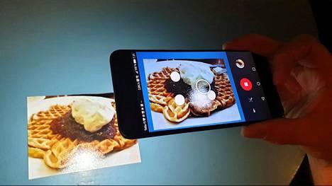 Paperilla oleva hillo-kermavohvelikuva siirtyy digitaaliseen m
