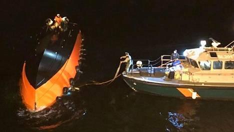 Kaatuneen luotsiveneen pelastustyöt jatkuivat myöhään illalla Suomenlahdella.