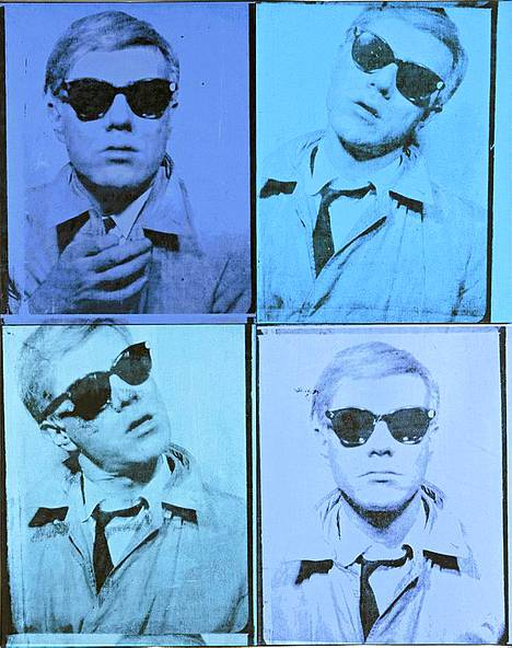 . Warholin omakuva on vuosilta 1963-64. Sinisävyisessä kuvassa taiteilija on sonnustautunut aurinkolaseihin ja popliinitakkiin.