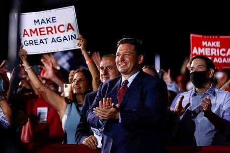 Floridan kuvernööri Ron DeSantis osallistui presidentti Donald Trumpin vaalitilaisuuteen 2. marraskuuta Opa-Lockassa.
