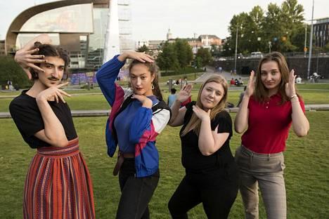 Kevin, 20, Anja, 17, Laura, 22, ja Olivia, 18, myöntävät kärsineensä ulkonäköpaineista.