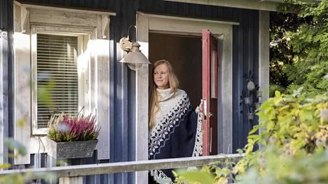 Johanna Parikka rentoutuu unien alla esimerkiksi pihasaunassa.