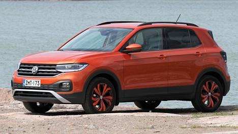 """Volkswagen T-Crossista saa ainakin """"Energetic Orange"""" -lisävarustepaketilla varsin pirteän ja persoonallisen näköisen."""