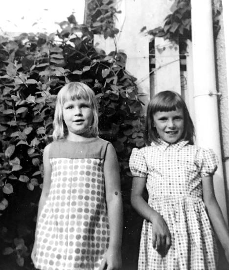 Eva Biaudet (vas.) ystävänsä Kissen kanssa Kannelmäessä 60-luvulla. Pilkullinen mekko oli äidin ompelema kuten useimmat muutkin perheen lasten vaatteet.