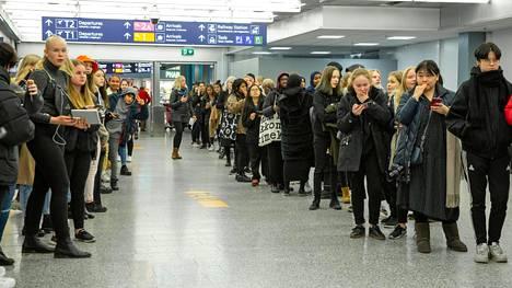 Ilta-Sanomien paikalla olleen toimittajan arvion mukaan bändiä odotti lentokentällä tiistaina iltapäivällä noin 150 fania.
