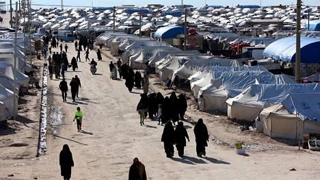Ihmisiä al-Holin leirillä Syyriassa 1. huhtikuuta 2019.