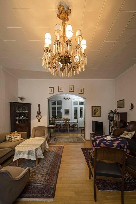 1918 valmistettu ruokasalin kalusto on Kirsti Santaholman äidin kotoa.