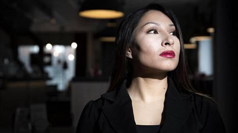 """""""Kunniaväkivalta on vaiettu totuus Suomessa"""", kertoo 29-vuotias afgaanitaustainen Eva Tawasoli kokemuksistaan."""