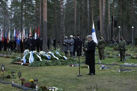 Tasavallan presidentti Sauli Niinistö piti puheen haudalla.