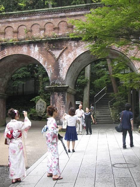 Erityisesti viikonloppuisin kaupungilla näkyy paljon kimonoihin sonnustautuneita kiotolasia.