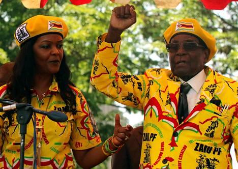 Mugabet kuvattiin Zanu-PF:n kampanjatilaisuudessa 8. marraskuuta keltaisiin, puolueen logoilla varustettuihin asuihin sonnustautuneina.