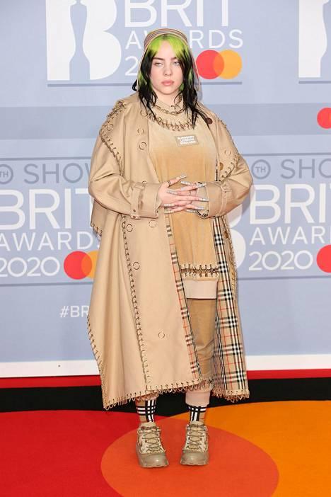 Eilish pukeutuu usein yksiväriseen asukokonaisuuteen. Kuva Brit Awards -gaalasta helmikuulta.