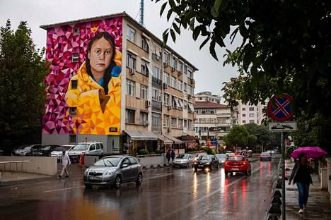 Greta Thunbergistä on kasvanut nuoresta iästään huolimatta valtava ilmiö. Kuva Istanbulilaisesta seinämaalauksesta, jossa Thunberg on kuvattuna keltaisessa sadetakissaan.
