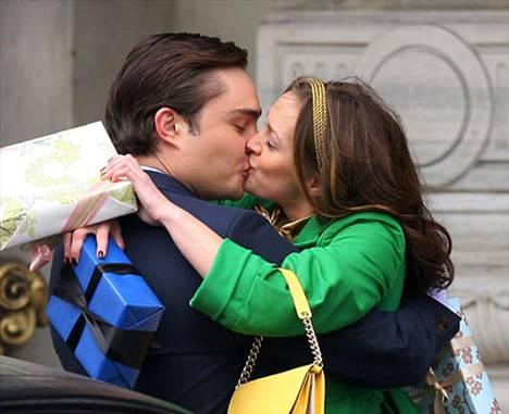 Näyttelijät Leighton Meester ja Ed Westwick pussailevat Gossip Girlin kuvauksissa. Kyseinen kuva ei ollut mainoksessa.