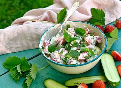Kurkku-mansikkasalaatti sopii lisukkeeksi tai leivän päälle.