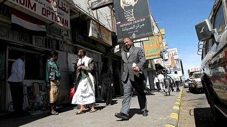 Jemeniläisiä kaupan edustalla, josta suomalaiset ja itävaltalaismies siepattiin joulukuussa Sanaassa.