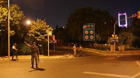 Turkin armeijan sotilaat estivät pääsyn Bosborinsalmen ylittävälle sillalle perjantaiyönä.