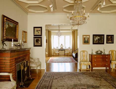 Kotimuseo toimii ylimmän kerroksen yli 300 neliömetrin huoneistossa. Seinillä on kymmenittäin merkittävän arvokkaita tauluja ja vitriineissä antiikkia. Huoneiston koti-interiööri tammiparketteineen ja antiikkihuonekaluineen on säilytetty alkuperäisenä.